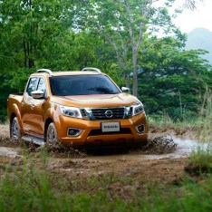 Nissan-NP300-Navara-12th-gen-in-mud-wider-view