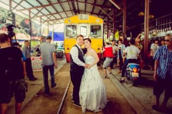 Yoko and Tor's Maeklong Railway Market pre-wedding (prenuptial, engagement session) in Samut Songkhram, Thailand. Maeklong Railway Market_Samut Songkhram_wedding_photographer_Yoko and Tor_0333.TIF