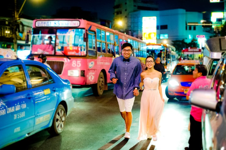 Moon and Chau's China Town pre-wedding (prenuptial, engagement session) in Bangkok, Thailand. China Town_Bangkok_wedding_photographer_Moon and Chau_121.TIF
