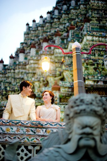 Gloria and Evan's Wat Arun pre-wedding (prenuptial, engagement session) in Bangkok, Thailand. Wat Arun_Bangkok_wedding_photographer_Gloria and Evan_2283.TIF