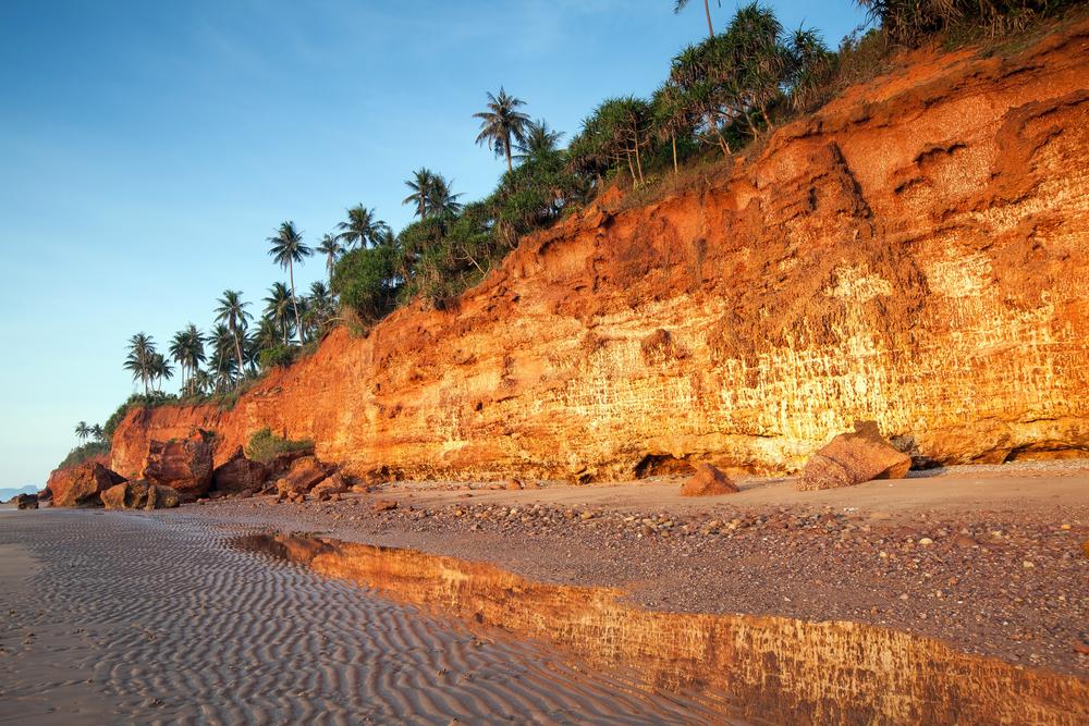 Red Cliff Beach (หาดฝั่งแดง)