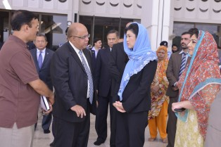 Faisal Mosque Yingluck speaking to officials