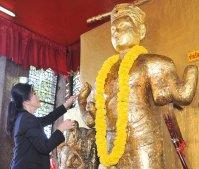 Yingluck offering prayers