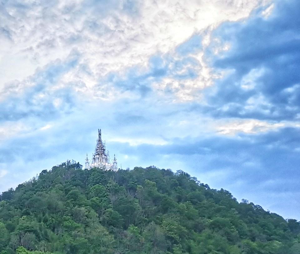 Wat Ban Pong, white Pagoda