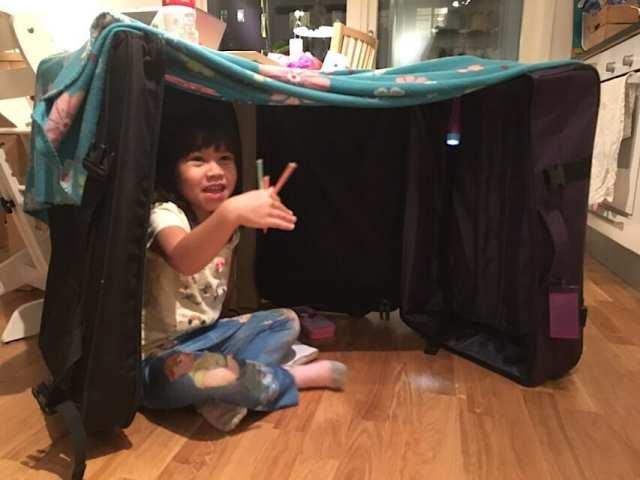 """Tilda ville gärna bo i resväskan... """"resväskkoja""""!"""