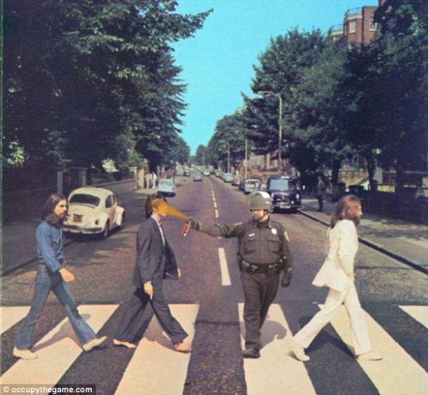 รูปตัดต่อเจ้าหน้าที่จอห์น ไพค์ เข้ากับภาพหน้าปกอัลบั้ม Abbey Road ของวง The Beatles