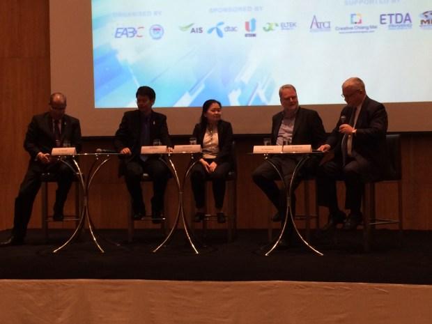 บ็อบ ฟอกซ์ ประธานกลุ่มไอซีที หอการค้าร่วมต่างประเทศในประเทศไทย (ขวามือสุด)