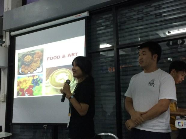 แข่ง pitch: ทีม Pancake Art กำลังบรรยายโครงการทำเครื่องทำแพนเค้กอัตโนมัติ ซึ่งจะทำแพนเค้กเป็นรูปต่างๆ ผ่านแอปบนสมาร์ทโฟน