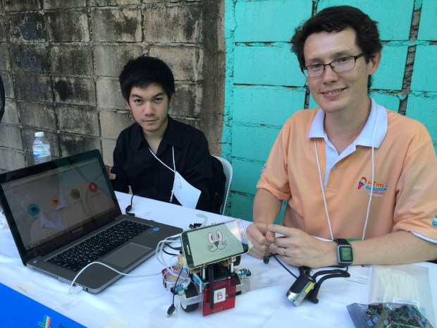 ดร.อานันท์ สีห์พิทักษ์เกียรติ (ขวา) และทีม ถ่ายรูปกับหุ่นยนต์สุนัข Pi-Bot