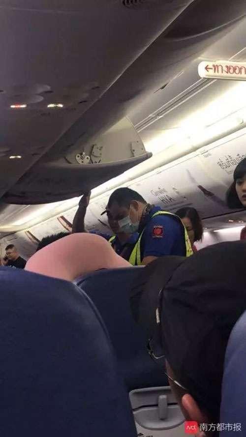 中国人がパニックになって飛行機の非常口を開けようとする