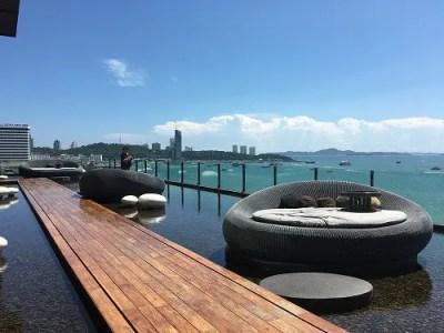 パタヤビーチの青空と海をdriftで優雅に眺めるin ヒルトン(hilton)ホテル内