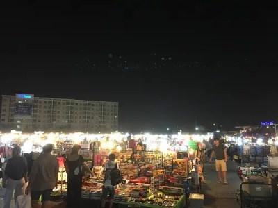バンコクのナイトマーケット:タラートナットリアップターンドゥアンラーミントラ