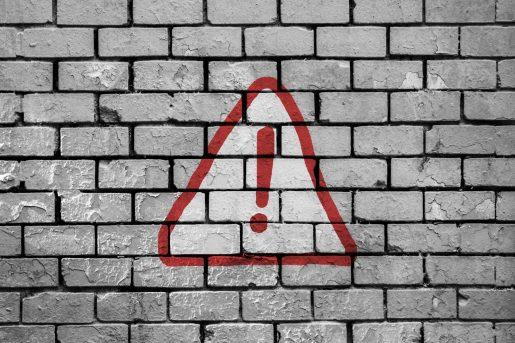 Um muro com um sinal de exclamação
