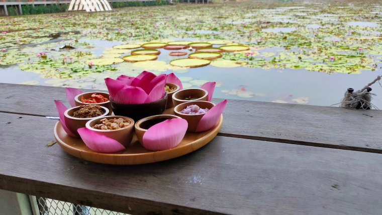 miang gleeb bua miang kham red lotus floating market
