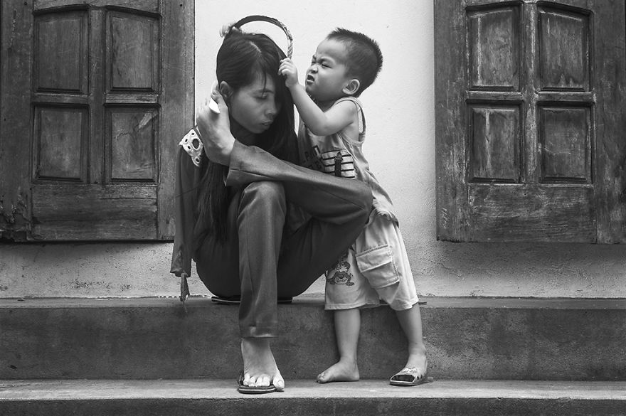 after-the-war-vietnamese-girl-born-without-arms-lives-normal-life-and-takes-care-of-her-nephew-6__880