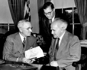 Abba Eban (centre) at the White House in 1951 with U.S. President Harry Truman (left) and Israeli Prime Minister David Ben Gurion.