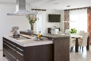 Moderne Küche Mit Kochinsel Und Esszimmer   Thand.info