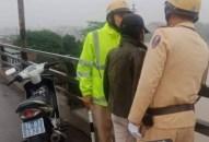 Cảnh sát giao thông cứu cô gái định nhảy cầu An Đồng