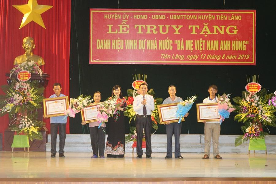Lãnh đạo huyện Tiên Lãng trao bằng công nhận mẹ Việt Nam anh hùng cho các thân nhân mẹ