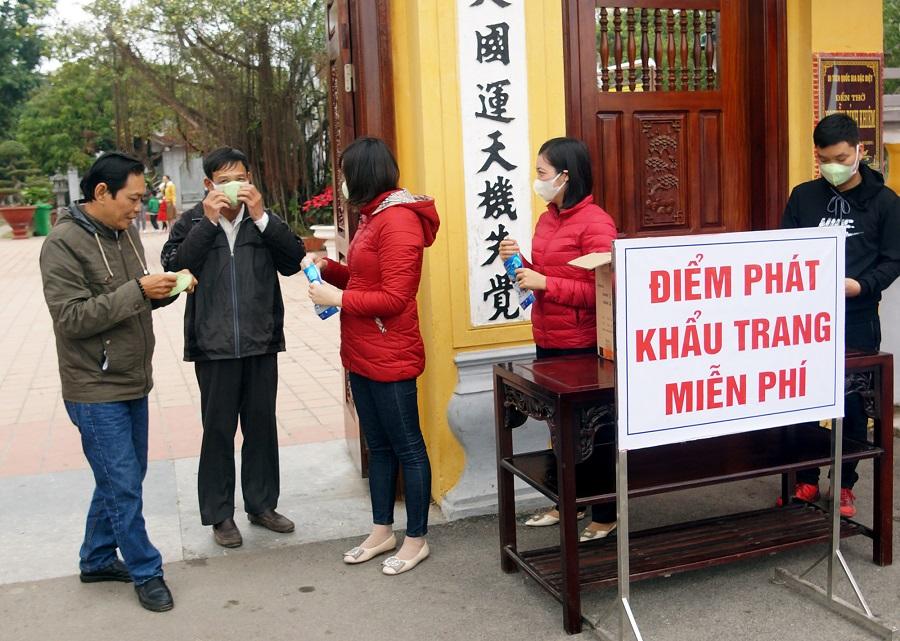 Ban Quản lý Đền thờ Trạng Trình phát khẩu trang y tế tặng du khách