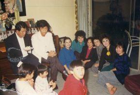 Từ trái: NS Ngọc Chánh, Cò Dzu, Khánh Ly, Mai Lệ Huyền, chị Phúc (vợ NS Ngọc Chánh), Kiều Loan (vợ Nguyễn Tú A), Thanh Mai, Ngọc Minh chụp tại nhà Khánh Ly năm 1986