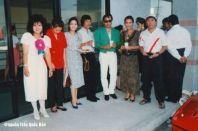 Từ trái: Mai Lệ Huyền, 1 cô, Khánh Ly, Nguyễn Hoàng Đoan, Elvis Phương, Kiều Chinh, Hùng Sùi chụp hôm khai trương Văn Phòng anh Bào và Mai Lệ Huyền năm 1990