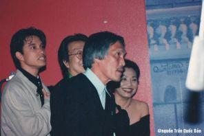 Nguyễn Hoàng Đoan luốn lui về sau để thắp những hào quang long lanh cho sự nghiệp vợ mình. Từ trái: Hoàng Nam, Trần Quốc Bảo, Kathy Huệ (Bích Thu Vân) trong đêm Khánh Ly tại Majestic