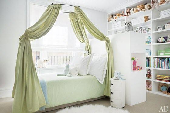 pat in mijlocul dormitorului in camera unei fetite