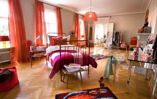 patul in mijlocul dormitorului intr-o camera foarte mare