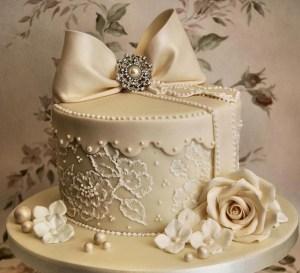 Model de tort de nunta - dimensiune mai mica cu funda si flori