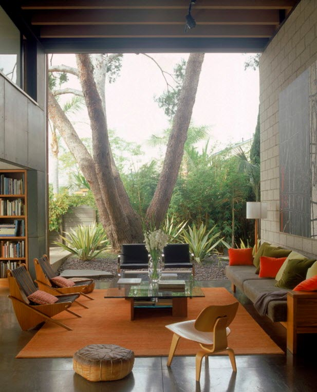 living cu o panorama superba catre gradina cu mobiliar minimal cu tema orange
