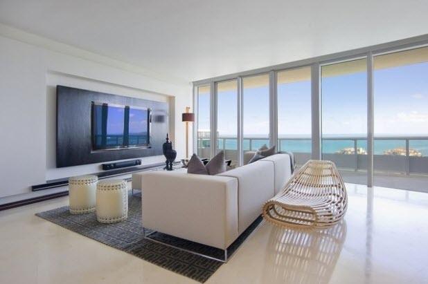 living modern cuspatii mari vitrate si o idee geniala de amenajarea locului pentru televizor