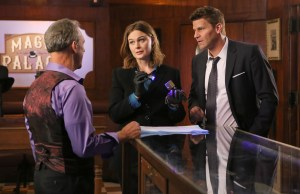 """BONES:  L-R:  Guest star Jay Thomas, Emily Deschanel and David Boreanaz in the """"The Promise in the Palace"""" episode of BONES airing Thursday, Nov. 12 (8:00-9:00 PM ET/PT) on FOX.  ©2015 Fox Broadcasting Co.  Cr:  Kevin Estrada/FOX"""