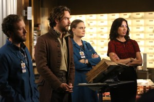 """BONES:  L-R:  TJ Thyne, guest star Tom Mison, Emily Deschanel and Michaela Conlin in the special """"The Resurrection in the Remains"""" BONES/SLEEPY HOLLOW crossover episode of BONES airing Thursday, Oct. 29 (8:00-9:00 PM ET/PT) on FOX.  ©2015 Fox Broadcasting Co.  Cr:  Patrick McElhenney/FOX"""