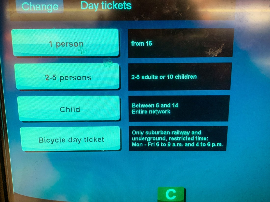 A U-Bahn machine showing options for 3 and 1 day group tickets