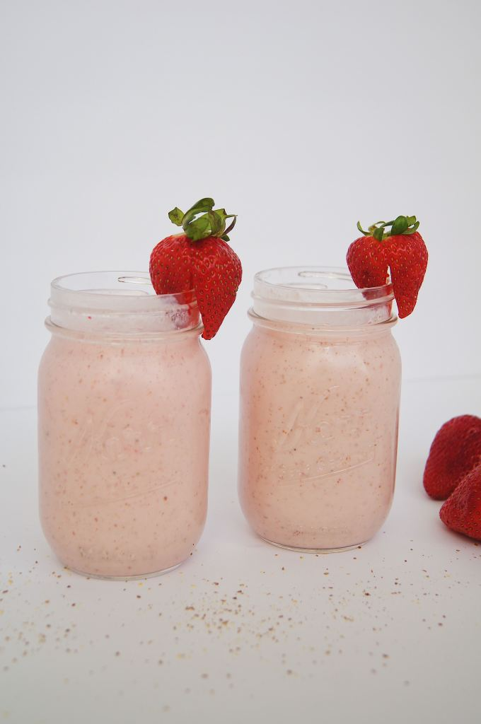 Strawberry-Banana-and-Green-Tea-Smoothie-in-2-glasses