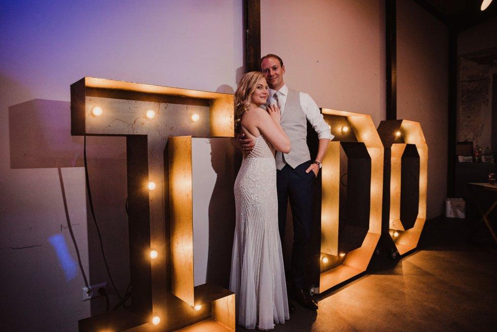 lichtletters, marquee, i do, trouwen, bruiloft, Loetje's garage, thathomepage, Linda Hummel, industrieel, bruiloft, bruidspaar, feestlocatie, marquee lights, licht letters