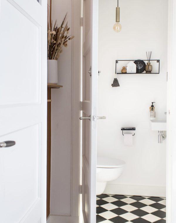 jaren 30 huis, jaren 30, klushuis, zwartwit tegelvloer, zwartwit vloer, tegelvloer, jaren 30 vloer, hal, toilet, interieur, verbouwen, interieurinspiratie, thathomepage, (th)athomepage