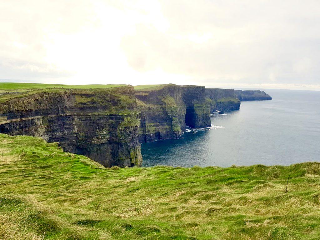 Een roadtrip door Ierland is niet compleet zonder een bezoek aan de imposante Cliffs of Moher.