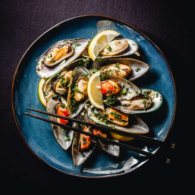 steamed mussels with garlic and parsley @ thatothercookingblog.com