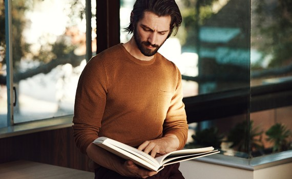 michiel-huisman-reading-book