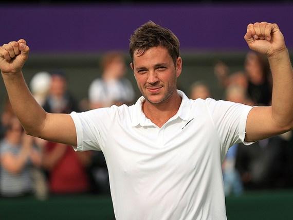 El británico Marcus Willis, número 772 del mundo, celebra luego de imponerse al lituano Ricardas Berankis, quien ocupa el 54to puesto, en la primera ronda de Wimbledon, el lunes 27 de junio de 2016 (Adam Davy/PA via AP) UNITED KINGDOM OUT NO SALES NO ARCHIVE