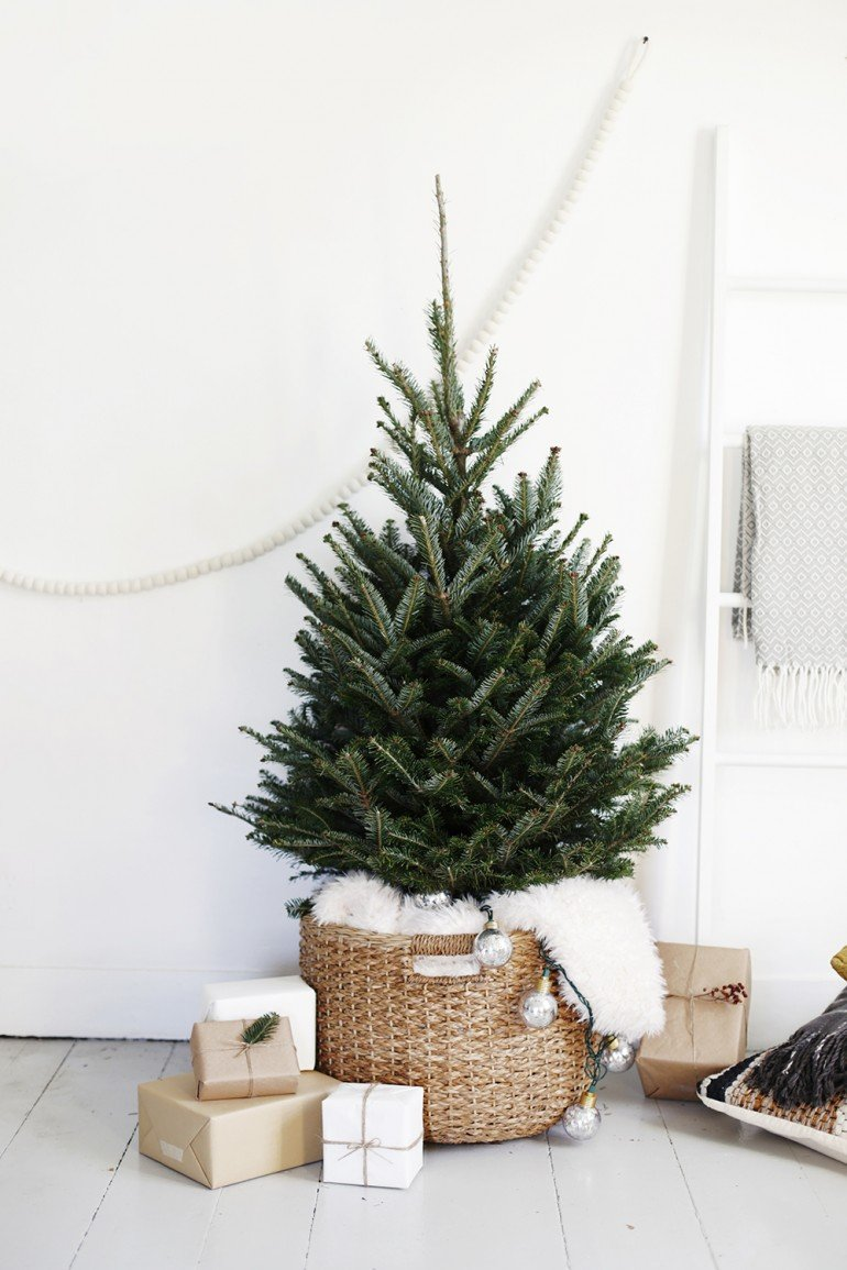 scandinavianchristmasideabaskettree 10 SCANDINAVIAN CHRISTMAS DECORATION IDEAS FOR