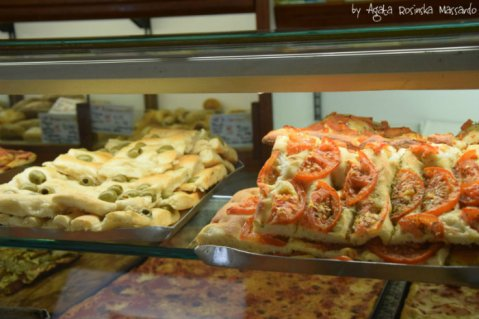 focaccia-with-olive-and-tomato