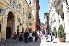 tourists di front of Palazzo Tursi