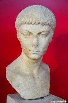 marble head Luni