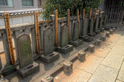 tombstones of the 47 ronin
