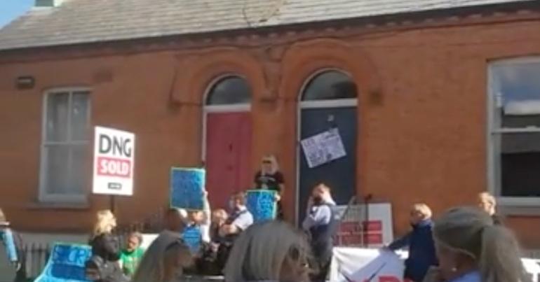 A photo of a protest outside the Dublin home of tánaiste Leo Varadkar.