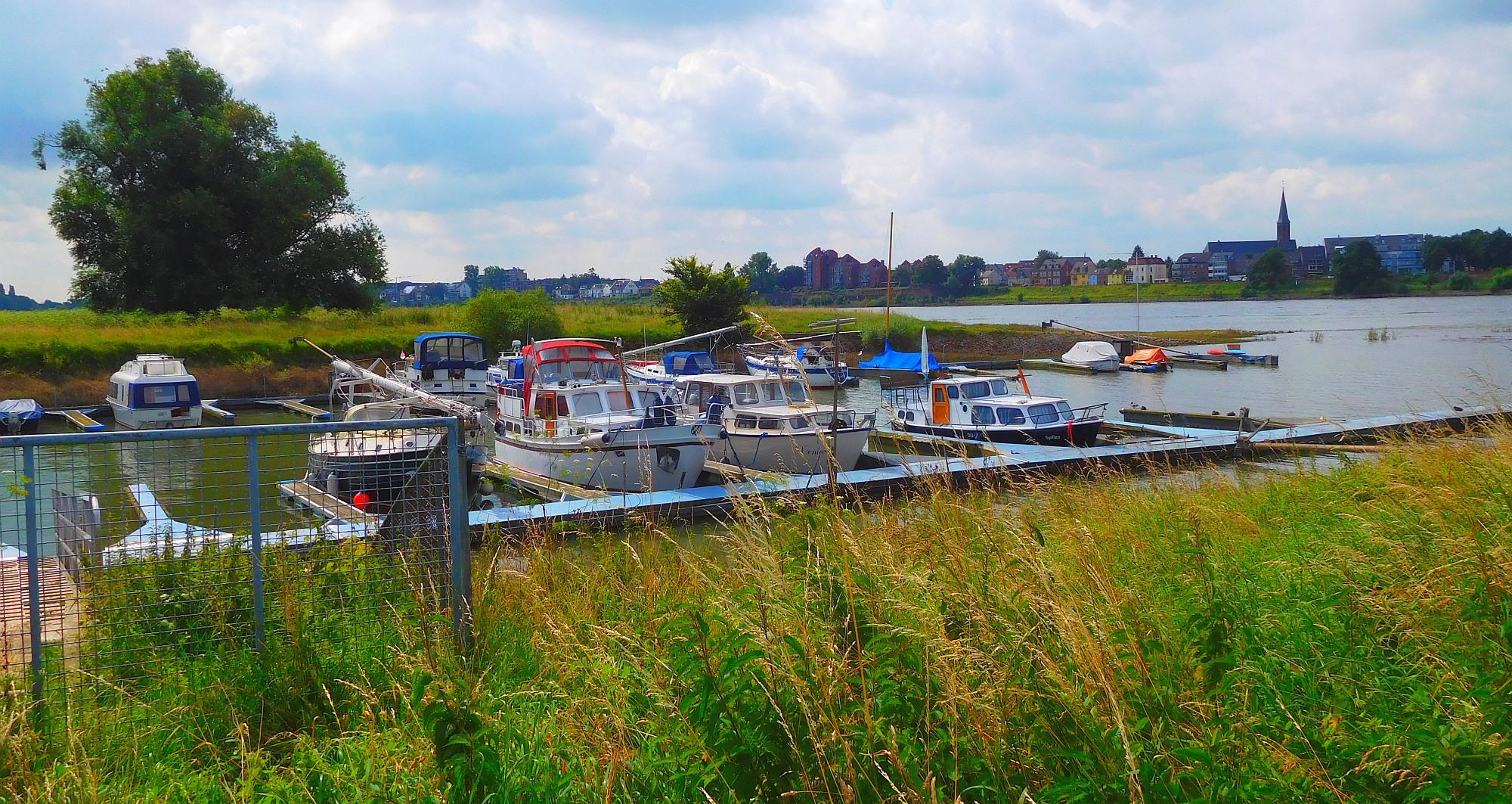 Der kleine Yachthafen bei Volmerswerth