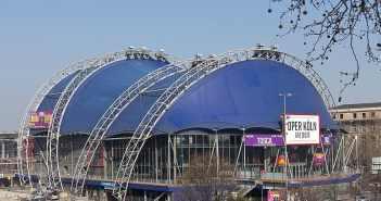 Der Musical-Dome aus blauen Mülltüten gebaut (Foto: © Raimond Spekking / CC BY-SA 4.0 via Wikimedia Commons)